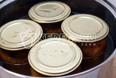 Накрыть крышкой и поставить в широкой кастрюле с горячей водой на стерилизацию