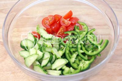 Овощи вымыть и нарезать в миску, помидоры четвертинками, огурцы и перец ломтиками