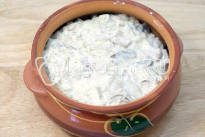 Сверху выложить грибы. Закрыть крышкой и поставить в духовку на 20 минут при температуре 200 градусов С. - Треска с белыми грибами. Фото приготовление рецепт трески с грибам.
