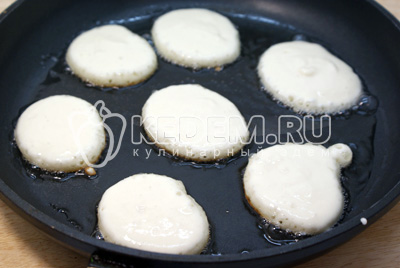 На горячую сковороду с растительным маслом, чайной ложкой, выкладывать тесто