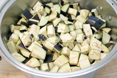 Порезать кубиками, добавить соль и хорошо перемешать. Оставить на 4-6 часов. - Остренькие баклажаны на зиму. Фото рецепт приготовление баклажанов на зиму.
