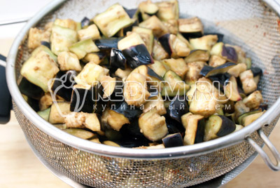 Немного промыть от соли и дать воде стечь. - Остренькие баклажаны на зиму. Фото рецепт приготовление баклажанов на зиму.
