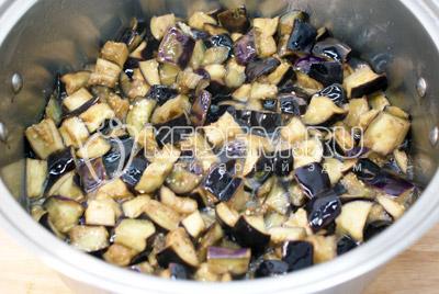 Разогреть растительное масло и добавить баклажаны. Обжаривать, помешивая 10-15 минут