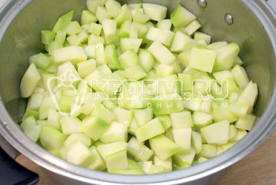 Нарезать кубиками и обжаривать а растительном масле 3-5 минут. - Тушеные кабачки с овощами на зиму. Фото рецепт приготовление кабачков на зиму.