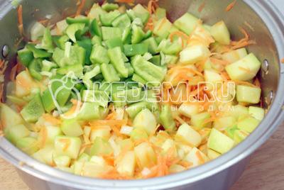 Добавить кубиками порезанный перец. Добавить ½ стакана воды и тушить под крышкой еще 3-5 минут. - Тушеные кабачки с овощами на зиму. Фото рецепт приготовление кабачков на зиму.