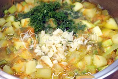 Добавить рубленый чеснок и укроп. Посолить и добавить уксус. - Тушеные кабачки с овощами на зиму. Фото рецепт приготовление кабачков на зиму.