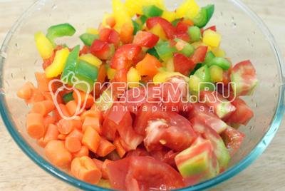 Морковь, помидоры и перец порезать ломтиками и перемешать в миске, немного посолить