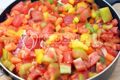 Выложить сверху в сковороду с кабачками. Добавить 1/2 стакана воды и поставить тушиться под крышкой на среднем огне 30-35 минут
