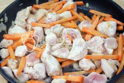 Добавить соломкой порезанную морковь. Посолить и добавить немного воды. Тушить 2-3 минуты. - Фаршированный патиссон. Фото приготовление рецепт фаршированного патиссона.