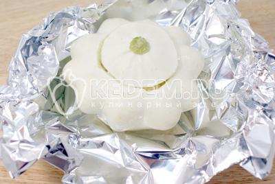 Завернуть в фольгу ТМ Paclan. Готовить в духовке 40-45 минут при температуре 200 градусов С. - Фаршированный патиссон. Фото приготовление рецепт фаршированного патиссона.