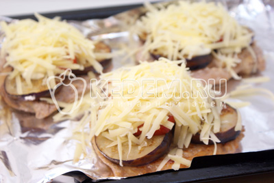 Немного мазать майонезом и посыпать тертым сыром. - Отбивные с баклажаном и сыром. Фото приготовление рецепт отбивных под баклажанами с сыром.