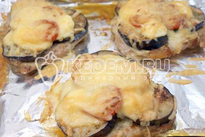 Запекать в  разогретой до 200 градусов С духовке примерно 7-10  минут. - Отбивные с баклажаном и сыром. Фото приготовление рецепт отбивных под баклажанами с сыром.