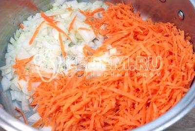 На оставшемся масле обжарить мелко нашинкованный лук и тертую морковь