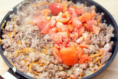 Добавить кубиками порезанные помидоры. Тушить на среднем огне 3-5 минут. Посолить и поперчить