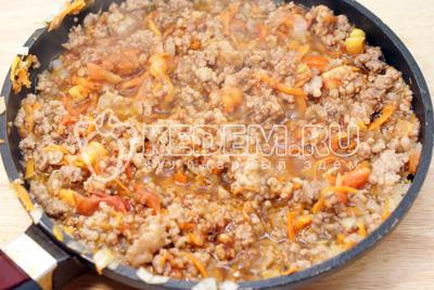 Добавить прованские травы и томатную пасту