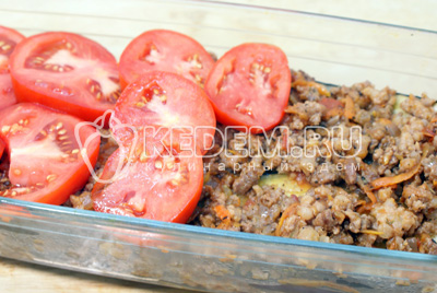 Слой фарша, слой баклажан, слой ломтиками помидор