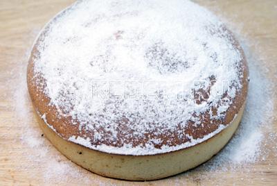 Достать из формы и посыпать сахарной пудрой