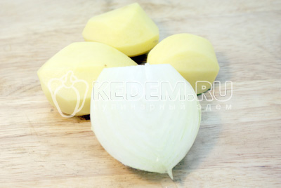 Лук и картофель очистить