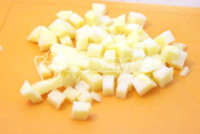 Добавить в бульон кубиками порезанный картофель. И варить 2-3 минуты. Добавить перловку.