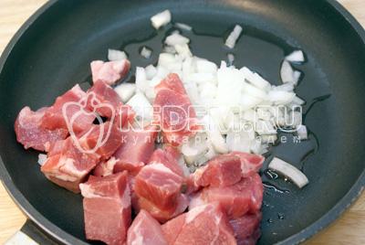 Мясо порезать кусочками. Лук мелко нашинковать. Обжарить на растительном масле мясо с луком до полу готовности