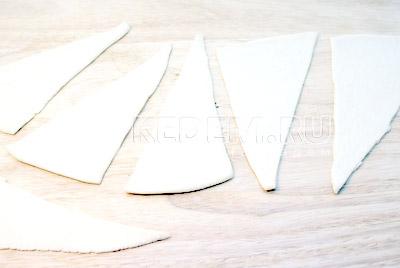 Тесто раскатать и нарезать треугольниками