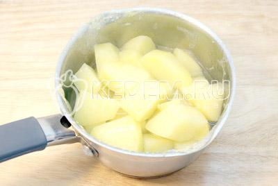 Картофель вымыть и очистить. Залить водой и отварить до готовности. - Картофельные котлеты с сыром. Фото рецепт приготовление котлет из картофеля.