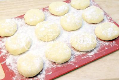 Сформировать небольшие колобки и прижать в котлетки. - Картофельные котлеты с сыром. Фото рецепт приготовление котлет из картофеля.