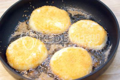 Обвалять в панировочных сухарях и обжарить на растительном масле, до золотистой корочки, с двух сторон. - Картофельные котлеты с сыром. Фото рецепт приготовление котлет из картофеля.