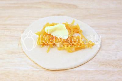 Выложить начинку на тесто и добавить кусочек сливочного масла. - Самса с тыквой. Фото рецепт приготовление самсы с мясом.