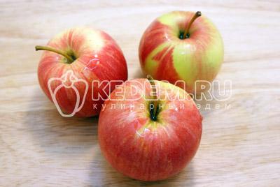 Яблоки вымыть и высушить