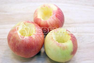 Удалить сердцевину, оставив донышко у яблока