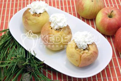 Запеченные яблоки с мёдом и кедровыми орехами