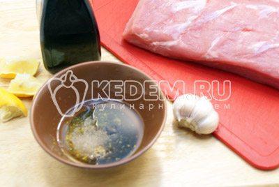 Специи, соль, масло и уксус смешать в миске. Добавить со лимона. Перемешать. - Мясо в духовке к новогоднему столу. Фото рецепт приготовление мяса в духовке на новогодний стол.