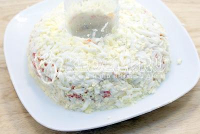 Слой тертых яиц и майонез. - Салат «Новогоднее чудо». Фото рецепт приготовление слоеного салата на новогодний стол.