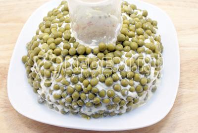 Обсыпать консервированным зеленым горошком. - Салат «Новогоднее чудо». Фото рецепт приготовление слоеного салата на новогодний стол.