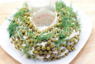 Украсить зеленью лука и укропа. - Салат «Новогоднее чудо». Фото рецепт приготовление слоеного салата на новогодний стол.