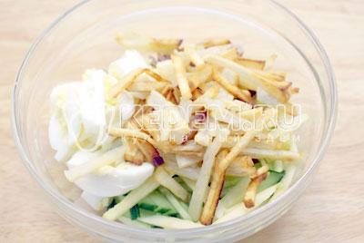 Добавить в миску картофель и перемешать. - Салат «Новогодний аперитив». Фото рецепт приготовление новогоднего салат с языком на новогодний стол.
