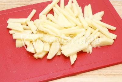 Картофель очистить и нарезать соломкой. - Салат «Новогодний сюрприз». Фото рецепт приготовление салат на новогодний стол.