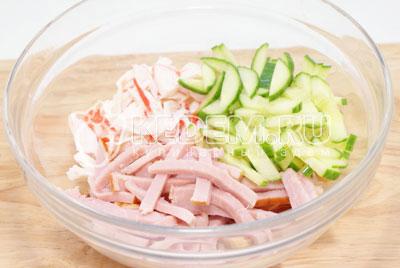 В миске смешать соломкой порезанную ветчину, крабовые палочки и огурец. - Салат «Новогодний сюрприз». Фото рецепт приготовление салат на новогодний стол.
