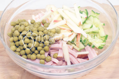Добавить консервированный горошек и соломкой порезанное яблоко. - Салат «Новогодний сюрприз». Фото рецепт приготовление салат на новогодний стол.