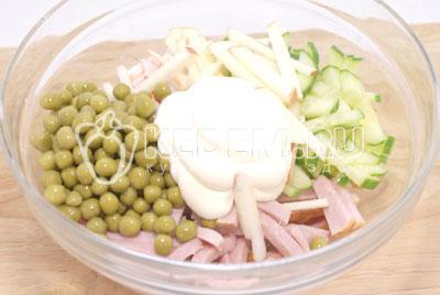 Добавить майонез и перемешать. - Салат «Новогодний сюрприз». Фото рецепт приготовление салат на новогодний стол.