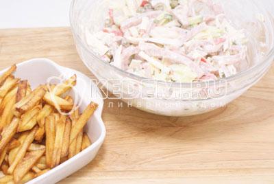 Перед подачей смешать  картофелем. - Салат «Новогодний сюрприз». Фото рецепт приготовление салат на новогодний стол.