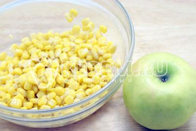 В миску выложить кукурузу. Яблоко очистить и нарезать в миску, кубиками. - Салат с крабовыми палочками и кукурузой. Фото рецепт приготовление салата на новогодний стол.