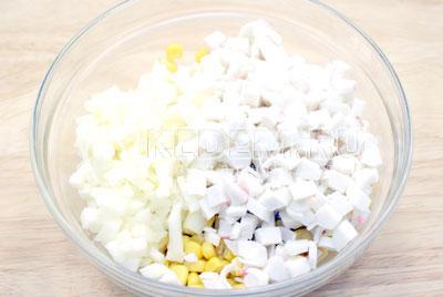 Добавить кубиками порезанные крабовые палочки. Отваренные яйца нашинковать и сложить в миску. - Салат с крабовыми палочками и кукурузой. Фото рецепт приготовление салата на новогодний стол.