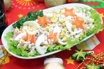 Перемешать и посолить по вкусу. Выложить на блюдо с листьями салата и украсить по желанию.#04Приятного аппетита и счастливого Нового года! - Салат с крабовыми палочками и кукурузой. Фото рецепт приготовление салата на новогодний стол.