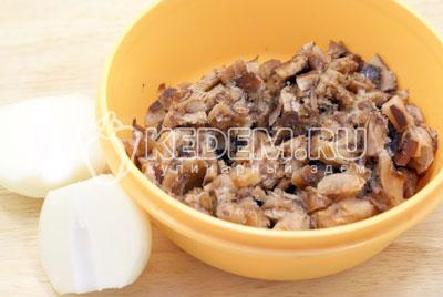 Грибы разморозить, лук очистить. - Куриный паштет с грибами. Фото рецепт приготовление куриного паштета с грибами на новогодний стол.
