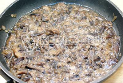 Обжарить грибы и мелко нашинкованный лук на растительном масле до готовности. Немного остудить.  - Куриный паштет с грибами. Фото рецепт приготовление куриного паштета с грибами на новогодний стол.