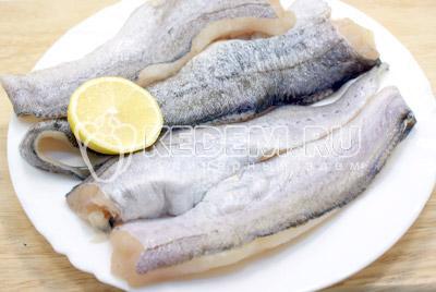 Филе рыбы разморозить, очистить от мелких костей, если они есть, вымыть. Посолить и поперчить. Сбрызнуть соком лимона и оставить на 10-15 минут