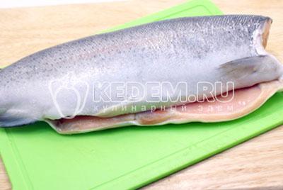 Рыбу выпотрошить, очистить и промыть