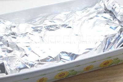 Закрыть фольгой и запечь в разогретой духовке при температуре 200 градусов С 20-25 минут.